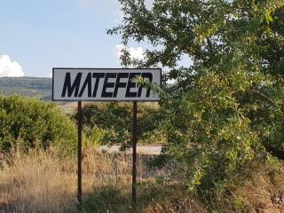 Hier, an der Abzweigung der SP 111 von Pomarico her kommend, finden sich einige Reste der Unglücksfirma MATEFER, welche in den 1980er-Jahren die Strecke hätte bauen (und vollenden) sollen. Foto: Mente, 2018