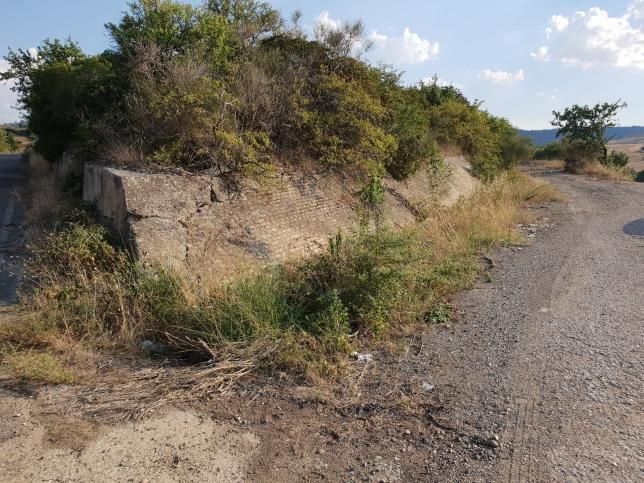 Stützmauer entlang des alten Trassees? Unterhalb Monte Acuto, Pomarico/Miglionico (Überreste der einstigen Baufirma Matefer oberhalb), Foto: Mente, 2018
