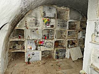 «Loculi» – noch offene und belegte NIschen – in einer Wand in einem Raum auf dem Friedhof von Pomarico (Foto: Mario Bruno Liccese, Pomarico)
